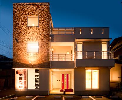 地元に根付く床屋さんと3階建て2世帯住宅の融合