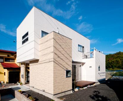住宅団地に建つ ロケーションを最優先した先端住宅