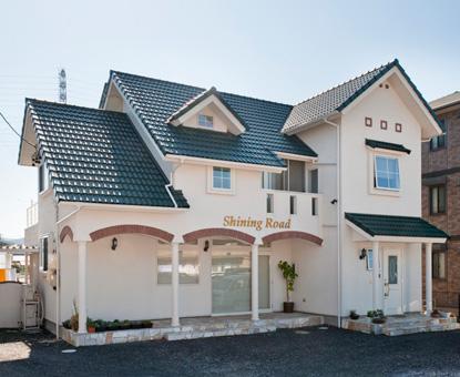 北欧風をベースに緑色の瓦屋根を活かした犬と住む家