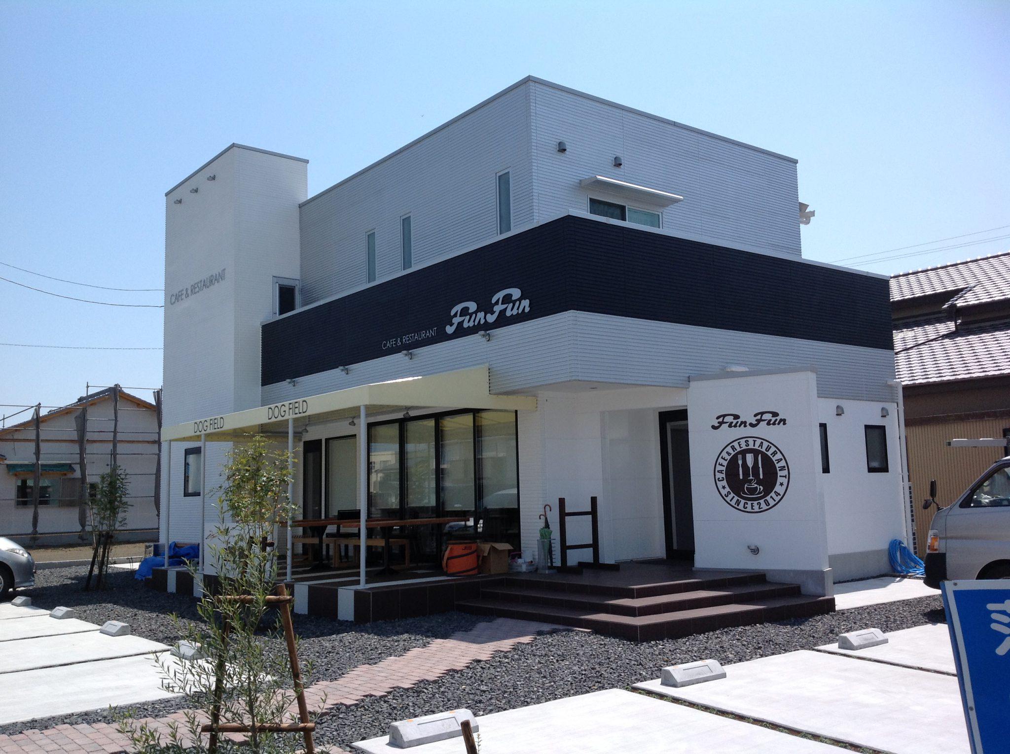 1階をカフェ&レストラン、2階を住居にしたドッグカフェ