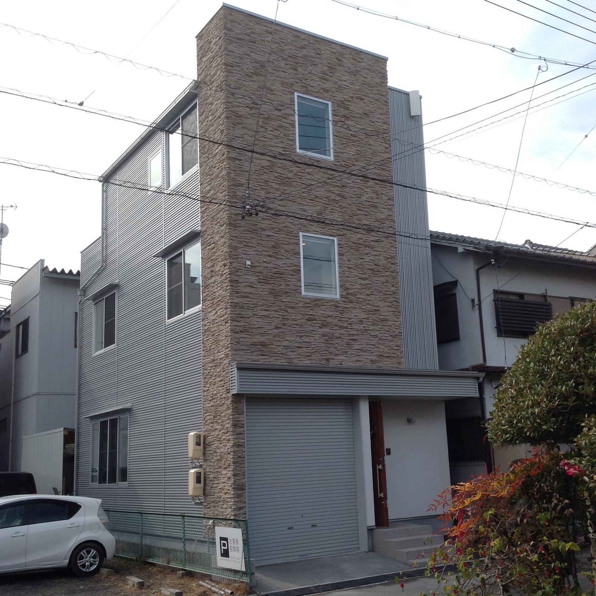 狭小の土地に大きく建てる、北側に面し住みやすさを追求した3階建て木造住宅。